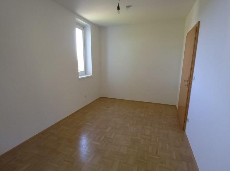Objektbild: 4-Zimmer-Wohnung mit 2 Balkonen und Carport am Feldbacher Stadtrand
